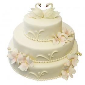 Белый трехъярусный свадебный торт с лебедями