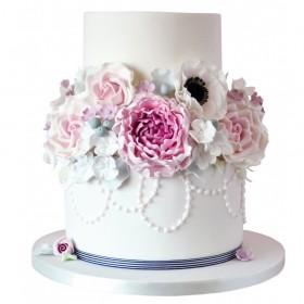 Белый двухъярусный свадебный торт с цветами посередине