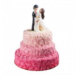 Торт свадебный с кремовыми розами и фигурками жениха и невесты