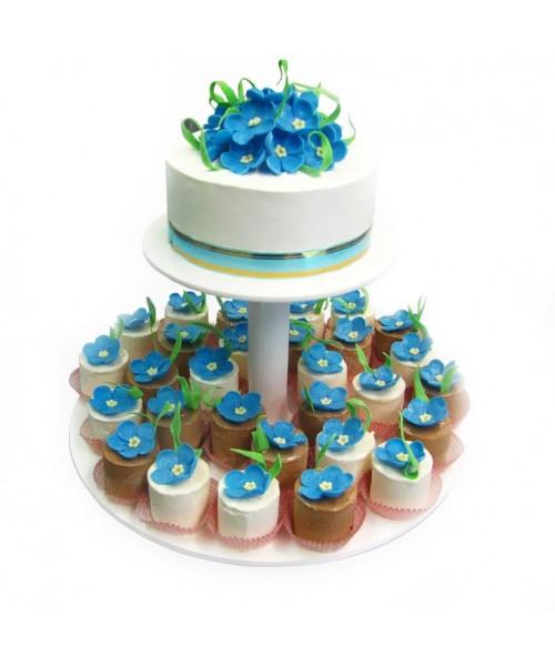 Торт свадебный  с голубыми цветами и капкейками