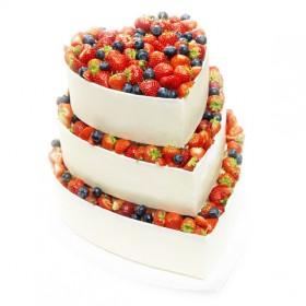 Торт свадебный двухъярусный в форме сердца со свежими ягодами