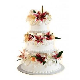 Белый трехъярусный свадебный торт с цветами на каждом ярусе