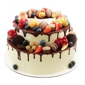 Двухъярусный свадебный торт, украшенный ассорти из ягод и макарони