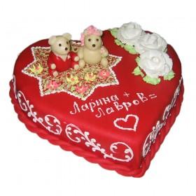 Красный одноярусный свадебный торт в форме сердца, украшенный медвежатами и цветами