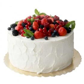Белый одноярусный свадебный торт, покрытый кремом и украшенный свежими ягодами