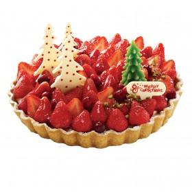 Торт  на Новый год украшенный фруктами и фигуркой елки