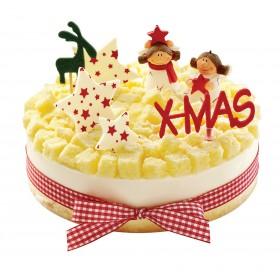 Торт  на Новый год украшенный фигурками детей и шоколадными звездами