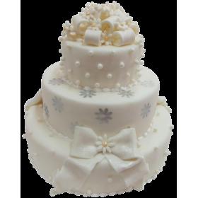Торт свадебный белый с бантом и множеством цветов