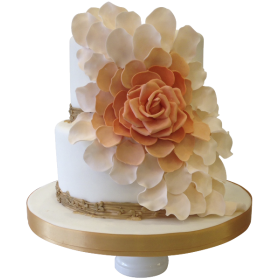 Торт свадебный с розой и лепестками