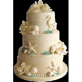 Торт свадебный молочного цвета, украшенный морскими звездами, ракушками и цветами