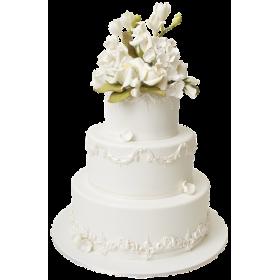 Белый трезъярусный свадебный торт с цветами