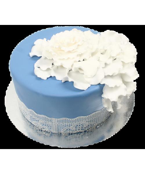Торт украшенный россыпью лепестков
