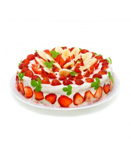 Торт праздничный бисквитный украшен дольками клубники