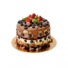 Открытый торт бисквитный украшен клубникой, черникой