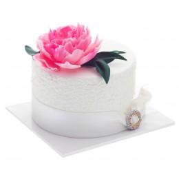 Торт праздничный одноярусный в белом цвете с бутоном пиона розового цвета