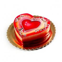 Торт праздничный в форме сердца, покрыт красной глазурью