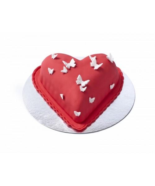 Торт праздничный в форме сердца, покрыт красной мастикой и апликацией бабочек