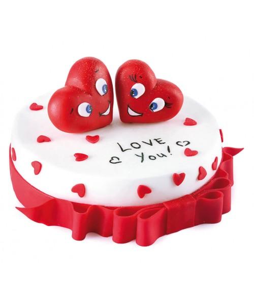 Торт праздничный в форме сердца, покрыт мастикой и фигурками сердец