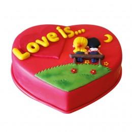 Торт праздничный в форме сердца, Лове ис (Love is) покрыт красной мастикой апликация