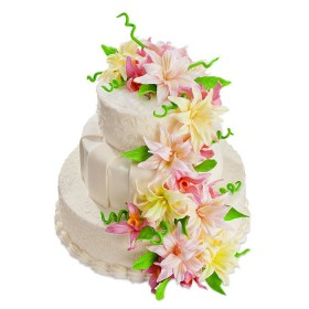 Свадебный торт белого цвета в три яруса с лилиями