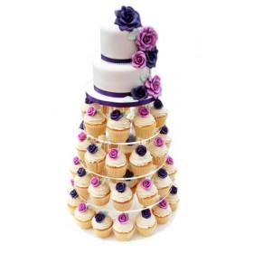 Свадебный торт с капкейками украшен цветами бледно розового цвета
