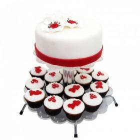 Белый одноярусный торт с капкейками, украшенные  цветами и красными сердцами