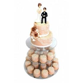 Двухъярусный свадебный торт с капкейками, украшенными фигурками и бутонами цветов