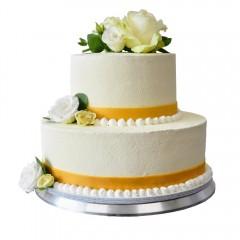 Белый двухъярусный свадебный торт украшен бутонами белой розы