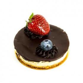 Пирожное Чизкейк Нью-Йорк с шоколадом и ягодами